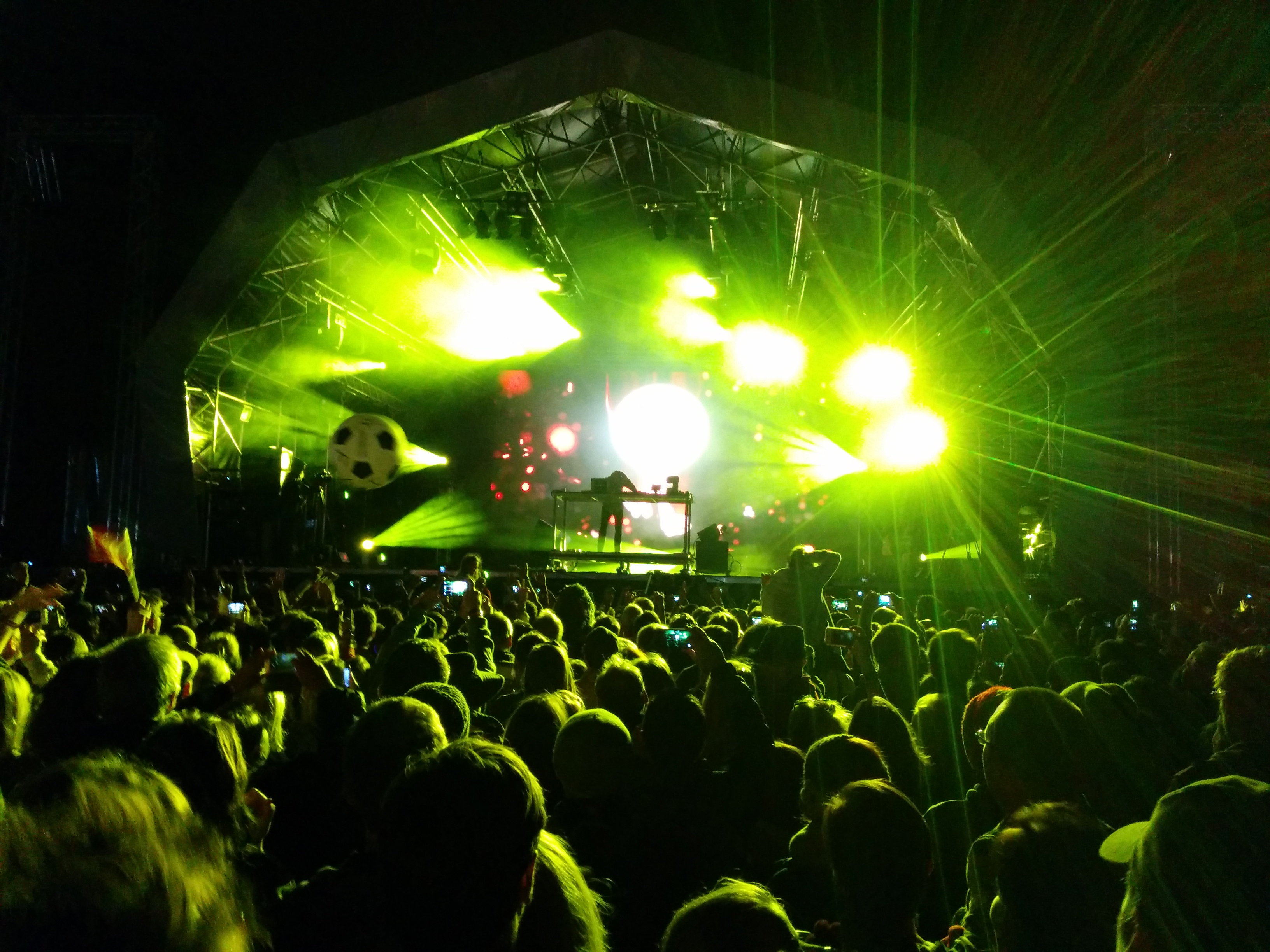View of the main stage with Fatboy Slim playing